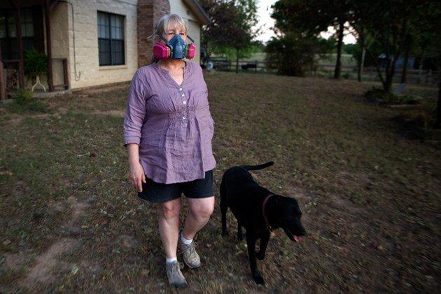 Susan Wallace-Babb tiene que usar esta máscara a diario para sacar a pasear a su perro, en Texas. (Erin Trieb for ProPublica)